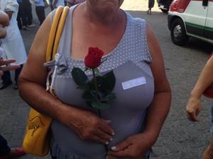 Mãe de uma das garotas violentadas em Castelo do Piauí recebe flores (Foto: Ellyo Teixeira/G1)
