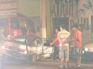 Viatura dos bombeiros foi atingida em acidente (Foto: Claudio Márcio/Vanguarda Repórter)