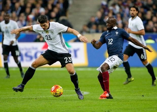 Lassana Diarra (direita) participou do jogo contra a Alemanha nesta sexta (13) (Foto: Gonzalo Fuentes/Reuters)