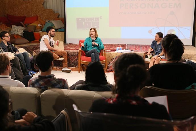 Adriana Falcão, roteirista de 'A Grande Família' e 'Mister Brau', conversa com semifinalistas do Globo Lab (Foto: Gianne Carvalho/TV Globo)
