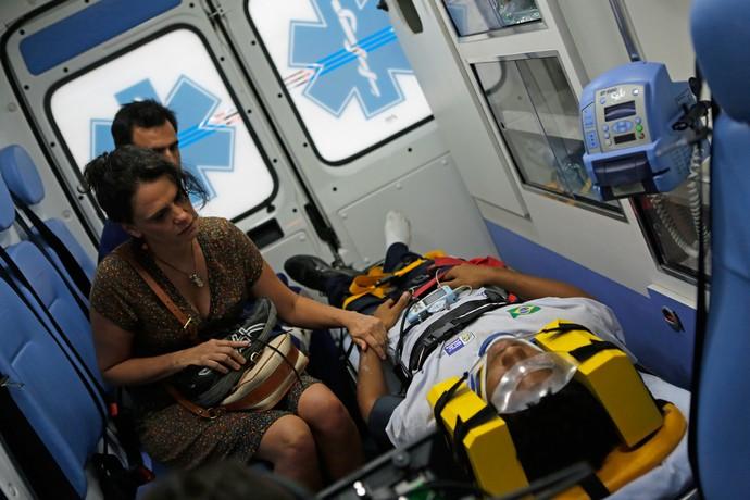 Rosângela acompanha Wesley em ambulância (Foto: Gshow / Pedro Carrilho)