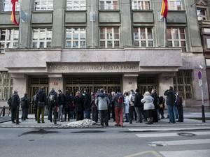 Passeio da agência Corrupt Tour em frente à Prefeitura de Praga (Foto: Divulgação/Corrupt Tour)