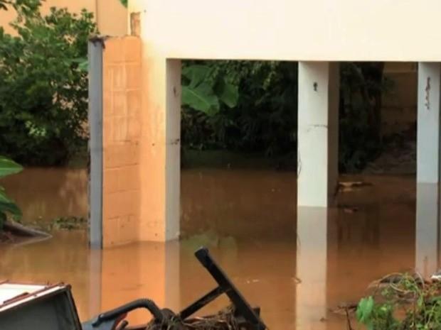 decoracao festa quintal:G1 – Chuva inunda casa de noiva e destroi decoração de casamento em