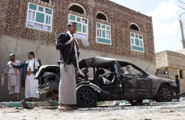 Destruição é vista ao redor de mesquita em Sanaa, no Iêmen, alvo de explosão nesta sexta-feira (20) (Foto: Hani Mohammed/AP)