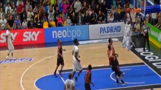 """Pacotão: Domínio e """"cravada de NBA"""" de Tyrone marcam vitória do Mogi"""