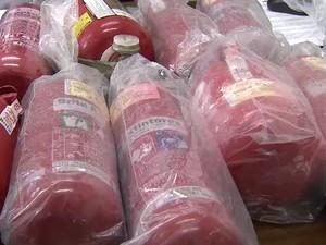 15 extintores do tipo ABC falsificados foram apreendidos em São José dos Campos. (Foto: Reprodução/ TV Vanguarda)