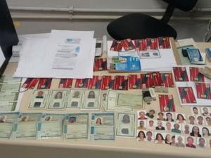 Documentos e cartões enconrados na residência do suspeito (Foto: Divulgação/Polícia Civil)