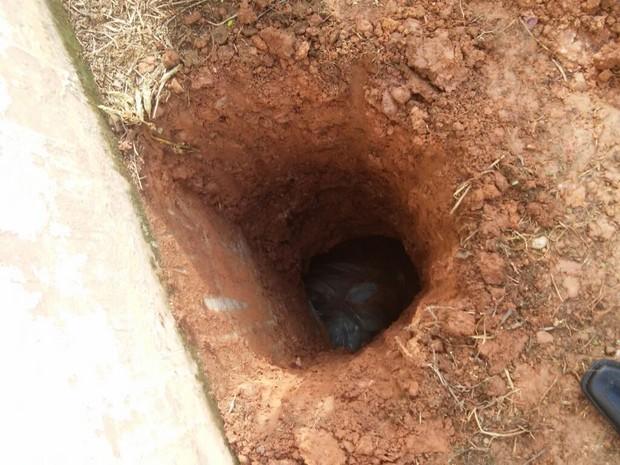 Agentes prisionais fizeram escavação para localizar túnel feito por detentos (Foto: Divulgação)