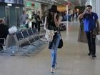 Estilosa, Nanda Costa desfila de chapelão pelo aeroporto, no Rio