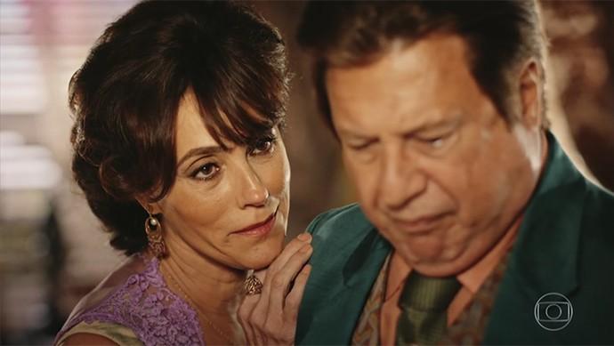 Iolanda diz ao marido que cabelos grisalhos impõem mais respeito (Foto: TV Globo)