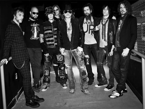 Guns N' Roses, com o líder e vocalista Axl Rose ao centro e o tecladista Dizzy Reed no canto direito (Foto: Divugação / Agência ITB)