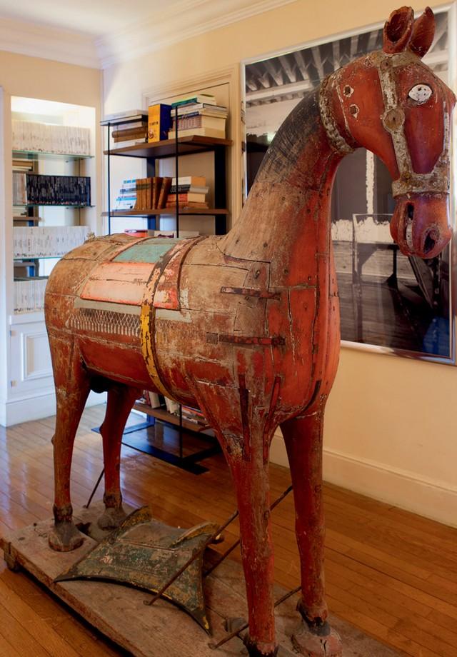 Cavalo de uma cerimônia de casamento no Rajastão, do início do século 20, comprado em Londres (Foto: Emilia Brandão)