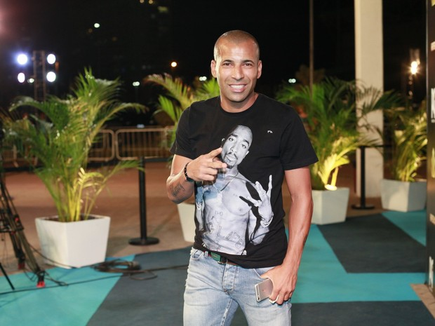 Emerson Sheik em espetáculo na Zona Oeste do Rio (Foto: Isac Luz/ EGO)