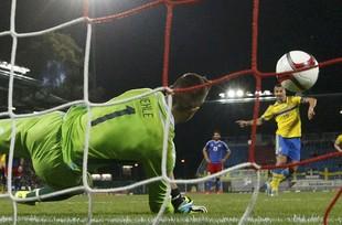 Ibrahimovic perde pênalti Suécia x Liechtenstein eliminatórias da eurocopa (Foto: Reuters)