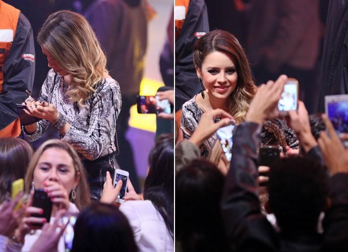 Sandy dá atenção aos fãs na plateia do SuperStar (Foto: Isabella Pinheiro/Gshow)