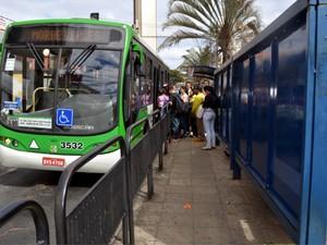 Passageiros entram em ônibus no transporte público em Campinas (Foto: Mateus Bassi/G1)