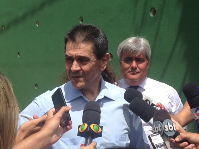 Roberto Jefferson fala com imprensa antes de deixar sua casa em Levy Gasparian (Foto: Leonardo Lourenço/TV Rio Sul)
