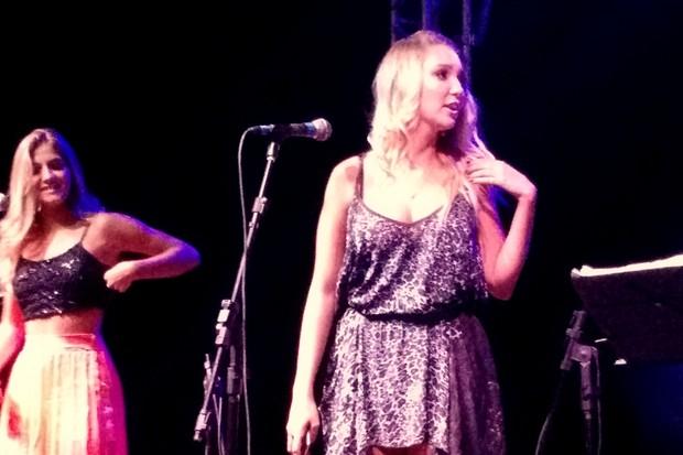 Dixie Pratt canta com a irmã na festa do namorado, Romário, no Rio (Foto: Léo Martinez/ EGO)
