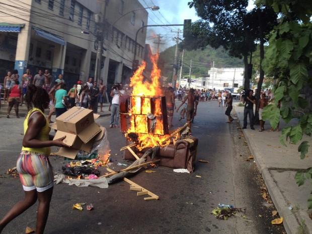 Pessoas protestam pela morte de Cláudia Silva Ferreira, arrastada pelo carro da PM que prestava socorro a mulher (Foto: Marcia Foletto/ Agência O Globo)