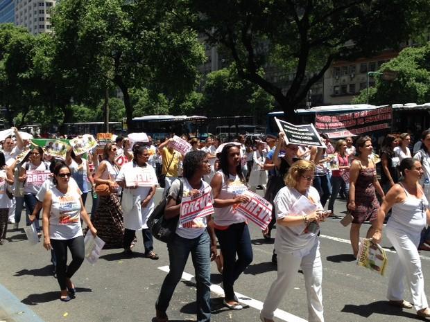Servidores da saúde protestavam contra a privatização de hospitais federais, fechando a Avenida Rio Branco (Foto: Mariucha Machado/ G1)