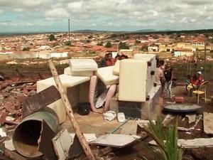 Grupo é retirado área pública e cerca de 125 famílias ficam desabrigadas  (Foto: Imagem/TV Sudoeste)