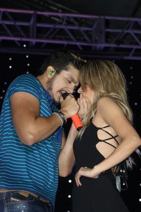 Luan Santana com fã durante show em Nova Iguaçu (Foto: Fred Pontes e Fabio Barboza/ Divulgação)