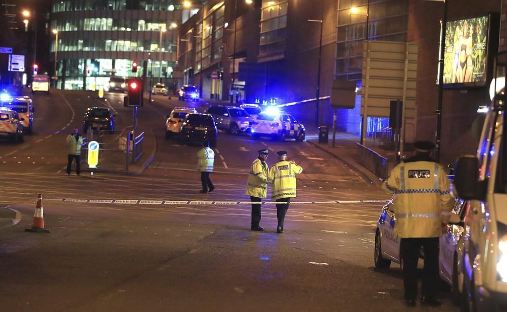 Policiais em área próxima à Manchester Arena (Foto: Peter Byrne/AP)