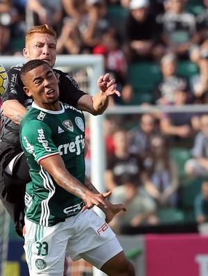 Gabriel Jesus, do Palmeiras, em lance contra o Figueirense