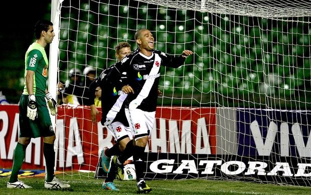 Nilton vasco gol coritiba (Foto: Geraldo Bubniak / Agência Estado)
