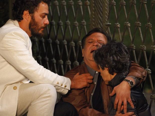Melissa morre nos braços de Dimas (Foto: Amor Eterno Amor/TV Globo)