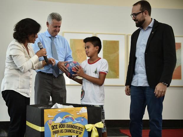 Governador Rodrigo Rollemberg entrega briquedo a criança em ação de doação em outubro (Foto: Andre Borges/Agência Brasília)