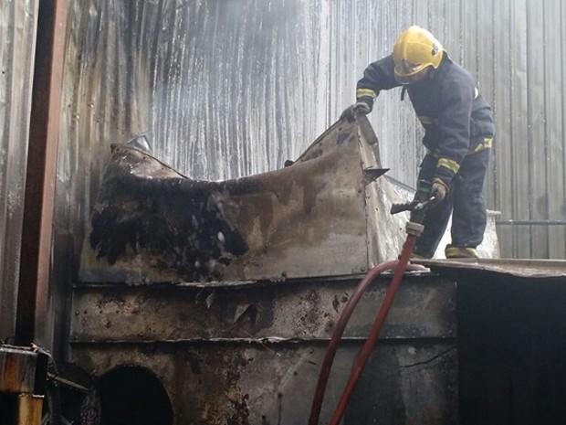 Bombeiro em depósito de loja durante ação contra fogo (Foto: Corpo de Bombeiros/Divulgação)