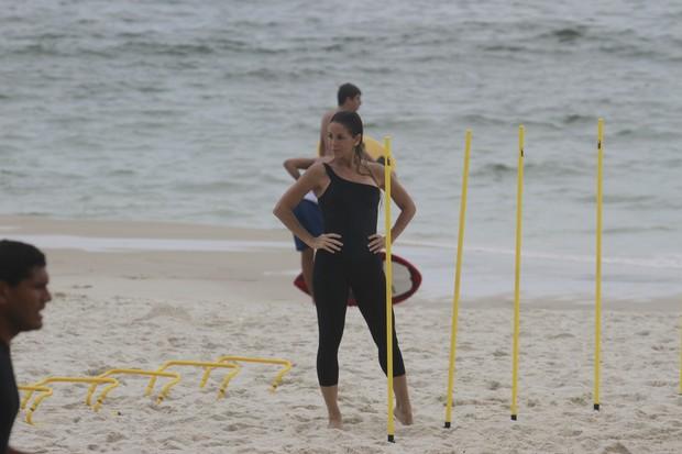 Danielle Winits se exercita na praia (Foto: Dilson Silva / AgNews)