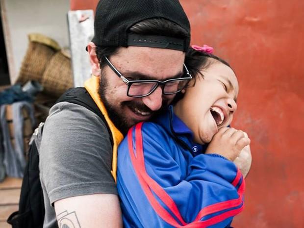Rafael Saes abraça menina nepalesa (Foto: Lucas Emmanuel Rodrigues/Arquivo pessoal)
