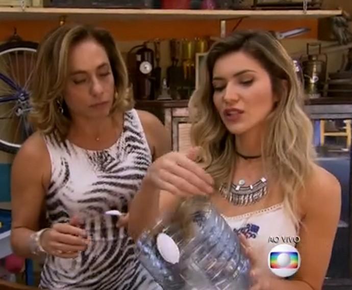 Use uma tesoura para cortar o fundo (Foto: TV Globo)