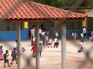 Pais reclamam que há apenas uma sala de aula na creche para 276 crianças (Foto: Pauloi Chiari/EPTV)
