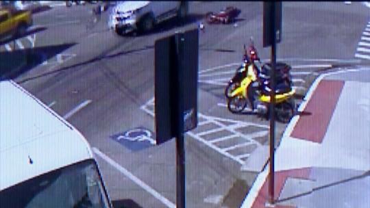 Motociclista morre após bater e ser lançado por cima de caminhonete no Centro de Linhares, ES