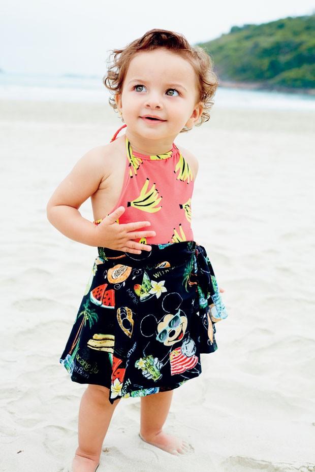 Rebeca veste maiô de poliamida, R$ 279, da a Fábula. Saída de banho, R$ 135, da Água de Coco. (Foto: Raquel Espírito Santo / Editora Globo)