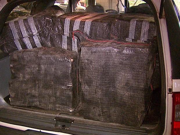 Dez fardos de pasta base de cocaína foram apreendidos pela polícia (Foto: Adriano Ferreira/EPTV)