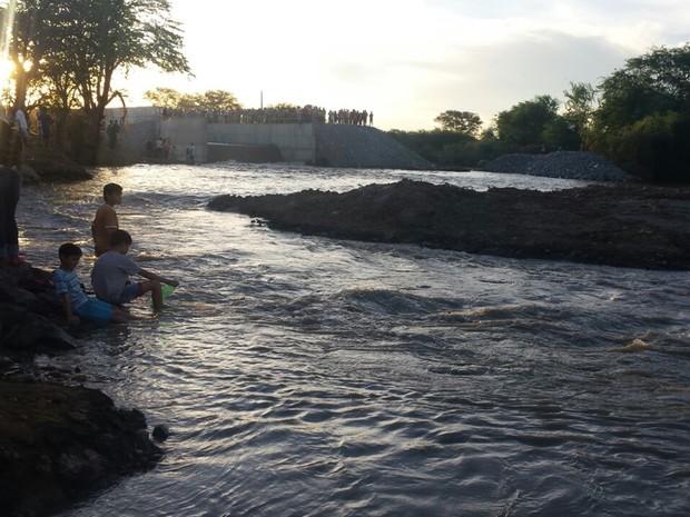 Crianças observam águas chegando no leito do Rio Paraíba, em Monteiro (Foto: Artur Lira\G1)