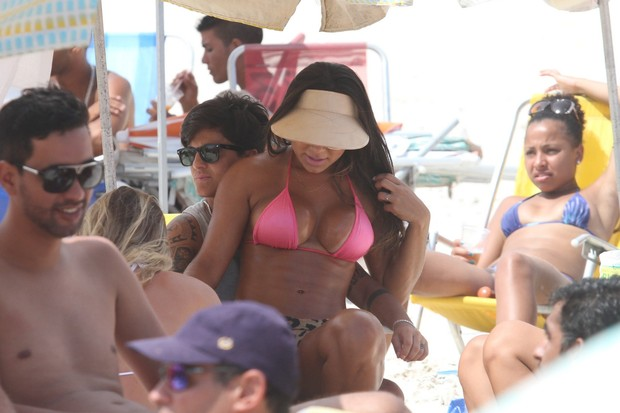 Thammy Miranda e namorada, Andressa Ferreira na praia (Foto: Wallace Barbosa/AgNews)