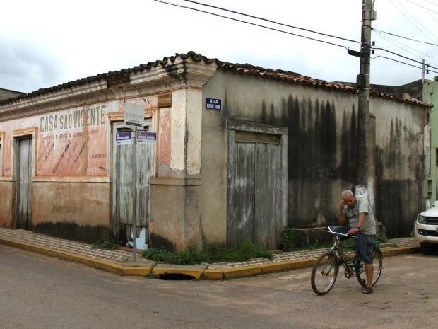 Prédio comercial antigo no centro de Cáceres, dentro de área reconhecida como patrimônio histórico nacional (Foto: Felipe Mascarelli/Arquivo Pessoal)