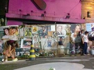 Coração com rosa no meio é pintado em frente ao memorial improvisado para as vítimas da boate Kiss (Foto: Luiza Carneiro/G1)