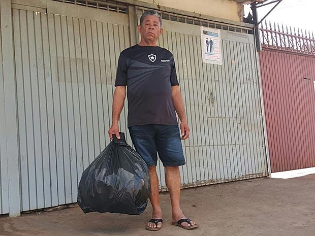 O pedreiro aposentado Benício Eleutério Sobrinho, que deixou por engano a carteira no lixo no DF (Foto: Raquel Morais/G1)
