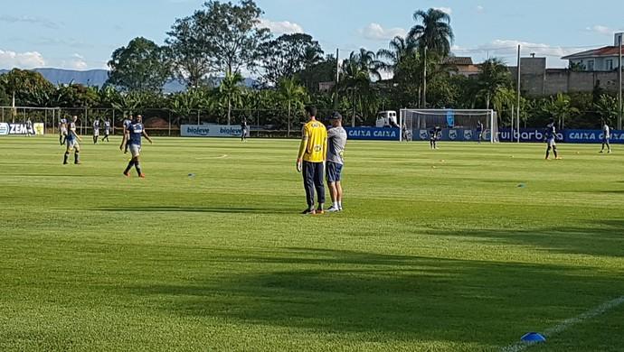 Mano Menezes conversa com Rafael em treino tático do Cruzeiro (Foto: Marco Antônio Astoni / GloboEsporte.com)