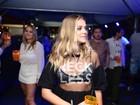 Gabi Lopes usa look transparente para curtir show