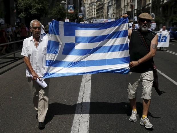 Gregos fazem protesto a favor do país (Foto: Javier Barbancho/Reuters)