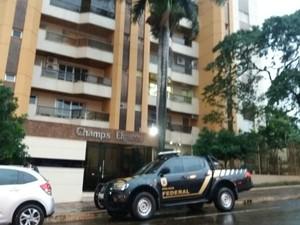 Policiais federais no prédio onde mora o ex-governador de MS (Foto: Gabriela Pavão/ G1 MS)
