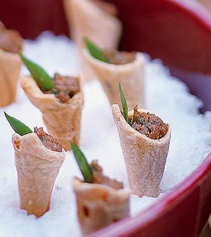 Cones folhados recheados de caviar de berinjela (Foto:  )