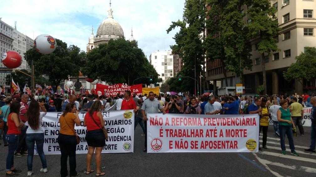 Duas pistas centrais da Avenida Presidente Vargas foram interditadas, na altura da Candelária (Foto: Nicolás Satriano/G1)